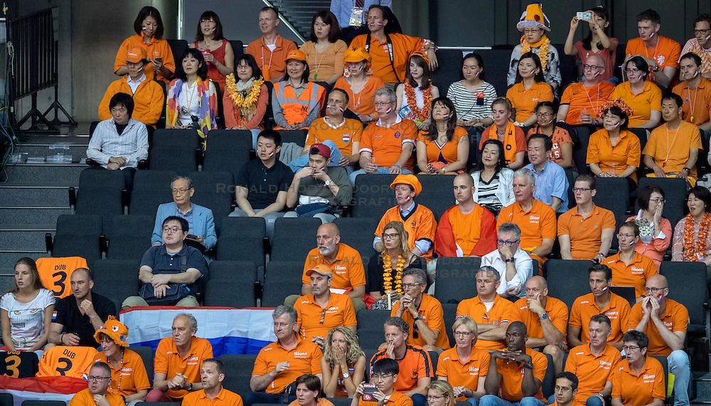 20-05-2016 JAP: OKT Italie - Nederland, Tokio<br /> De Nederlandse volleybalsters hebben een klinkende 3-0 overwinning geboekt op Italië, dat bij het OKT in Japan nog ongeslagen was. Het met veel zelfvertrouwen spelende Oranje zegevierde met 25-21, 25-21 en 25-14 / Oranje support publiek