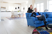 Susanne och Erik Malmberg i sitt nybyggda hus i &Aring;hus.<br /> Sj&ouml;n&auml;ra boende/Di L&ouml;rdag