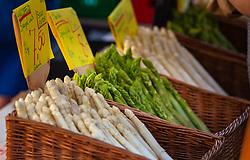 THEMENBILD - frisches und saisonales Obst und Gemüse wird am Wochenmarkt verkauft. Weißer und grüner Spargel in einem Korb, aufgenommen am 21. April 2018, Salzburg, Österreich // fresh and seasonal fruits and vegetables are sold at the weekly market. White and green asparagus in a basket on 2018/04/21, Salzburg, Austria. EXPA Pictures © 2018, PhotoCredit: EXPA/ Stefanie Oberhauser
