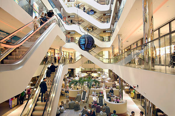 Duitsland, Dusseldorf, 2-6-2012Sevens is een winkelpassage aan de beroemde Königsallee. Winkeloppervlakte van 14.000 vierkante meter. Electronicagigant Saturn neemt meerdere verdiepingen in beslag. Ook Gorgio Armani is er gevestigd.Foto: Flip Franssen/Hollandse Hoogte