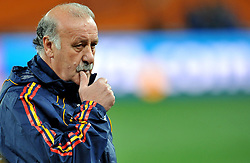 10.07.2010, Soccer City Stadium, Johannesburg, RSA, FIFA WM 2010, Training Spanien im Bild  Vicente Del Bosque, Trainer Spanien grübelt, denkt nach mit welcher Taktik er gegen Holland den WM Titel ferin kann, EXPA Pictures © 2010, PhotoCredit: EXPA/ InsideFoto/ Perottino *** ATTENTION *** FOR AUSTRIA AND SLOVENIA USE ONLY! / SPORTIDA PHOTO AGENCY