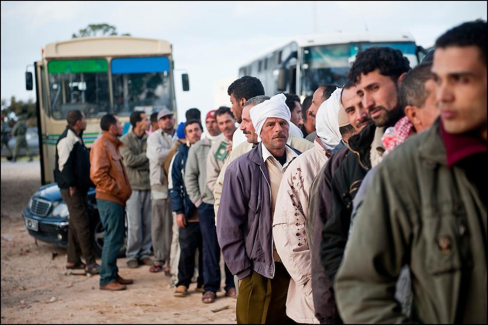 Arrivée des réfugiés dans le camp Choucha ou ils sont enregistrés et pris en charge. Plus de 140 000 réfugiés ont déjà quitté la Libye par la Tunisie ou l'Egypte et des milliers continuent d'arriver chaque jours. Jeudi 24 Février 2011, camp Choucha, Tunisie..© Benjamin Girette/IP3 press