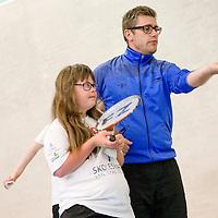 Til DHIF<br /> Badmintontr&aelig;ning for udviklingsh&aelig;mmede i Viborg her er det Laura der tr&aelig;ner i Hvid tr&oslash;je og tr&aelig;ner Kenneth