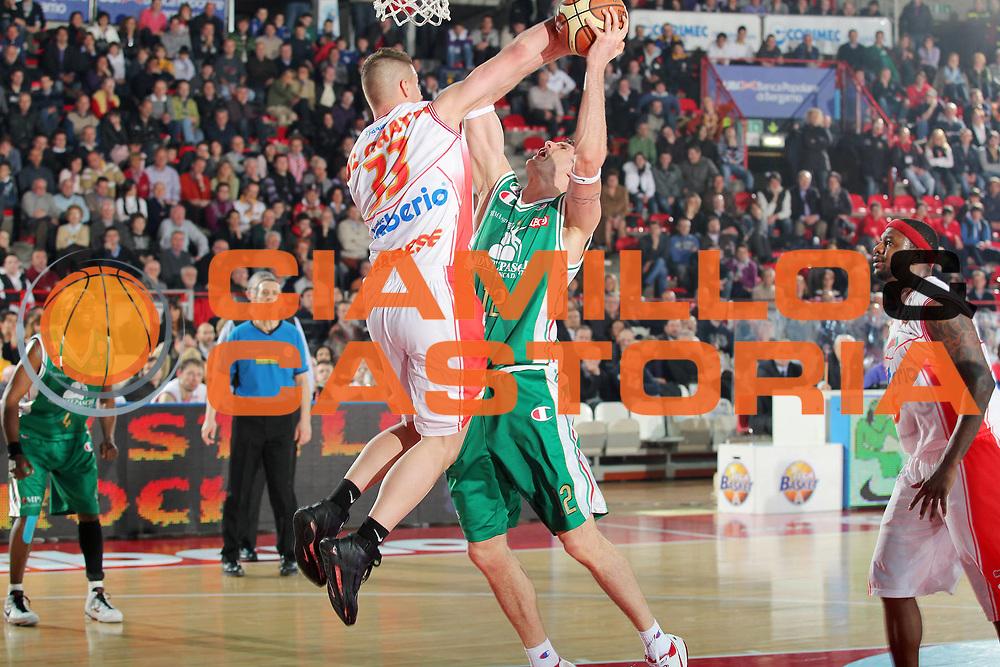 DESCRIZIONE : Varese Lega A 2009-10 Cimberio Varese Montepaschi Siena<br /> GIOCATORE : Ksistof Lavrinovic Donnie Mc Grath<br /> SQUADRA : Montepaschi Siena Cimberio Varese<br /> EVENTO : Campionato Lega A 2009-2010 <br /> GARA : Cimberio Varese Montepaschi Siena<br /> DATA : 03/04/2010<br /> CATEGORIA : Tiro Stoppata<br /> SPORT : Pallacanestro <br /> AUTORE : Agenzia Ciamillo-Castoria/G.Cottini<br /> Galleria : Lega Basket A 2009-2010 <br /> Fotonotizia : Varese Campionato Italiano Lega A 2009-2010 Cimberio Varese Montepaschi Siena<br /> Predefinita :