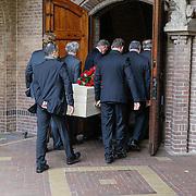NLD/Laren/20121031 - Uitvaart Joop Stokkermans, familieleden dragen de kist