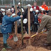 Boomplantdag 1998 Huizen door Eben - Haezerschool met wethouder van der Kolk