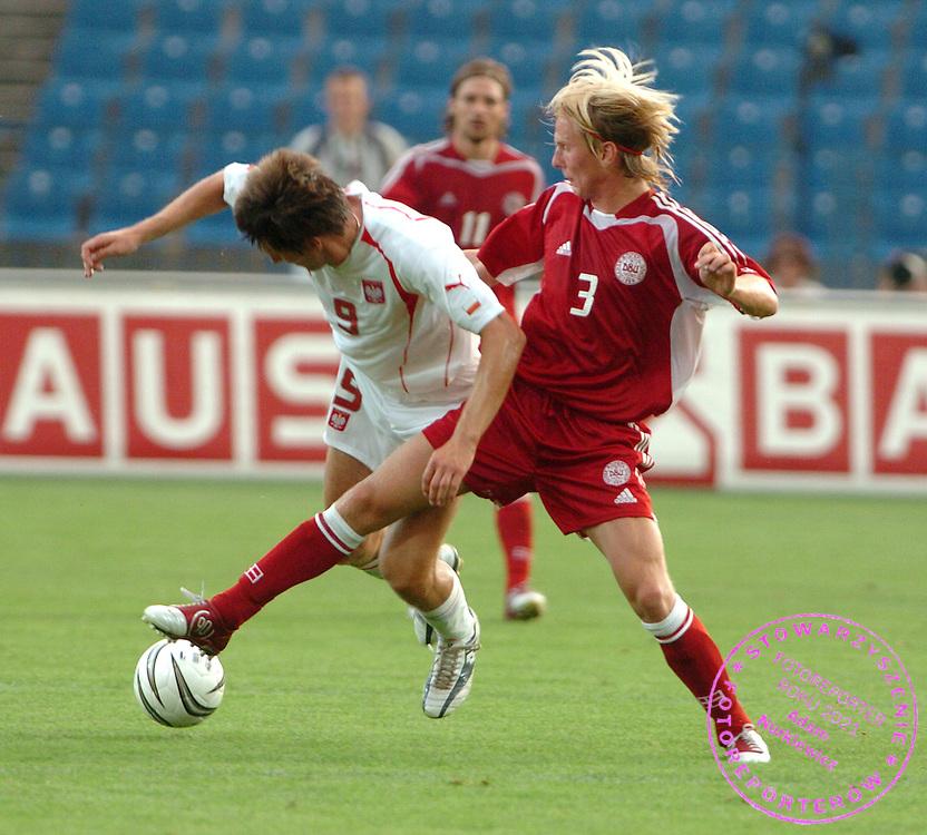 n/z.:., Polska (biale) - Dania (czerwone); mecz towarzyski; pilka nozna; Polska, Poznan, 18-08-2004; fot.: Adam Nurkiewicz..fight for the ball in friendly match soccer in Poznan. August 18, 2004.; Poland (white) - Danemark (red); friendly match, football, soccer, Poland, Poznan, 18-08-2004; (Photo by Adam Nurkiewicz)