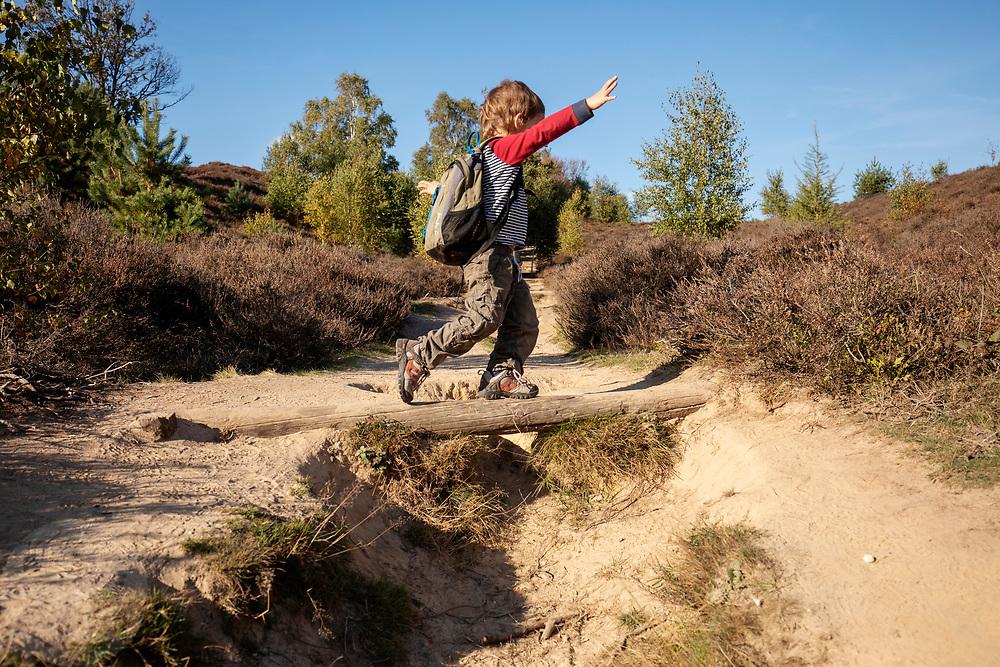 Nederland, Rheden, 19-10-2018<br /> Een vierjarig jongetje balanceert op een stam in het Nationaal Park De Veluwezoom bij Rheden. Het is het eerste nationaal park van Nederland en is in zijn geheel eigendom van Natuurmonumenten.<br /> <br /> A four year old boy is having fun at the National Park De Veluwezoom near Rheden. It's the first Dutch national park and is owned by Natuurmonumenten.<br /> Foto: Bas de Meijer / De Beeldunie