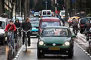 Nederland, Nijmegen, 28-2-2007..Op de Postweg is het druk met fietsers en auto's. Het levert vaak gevaarlijke situaties op. ..Foto: Flip Franssen/Hollandse Hoogte