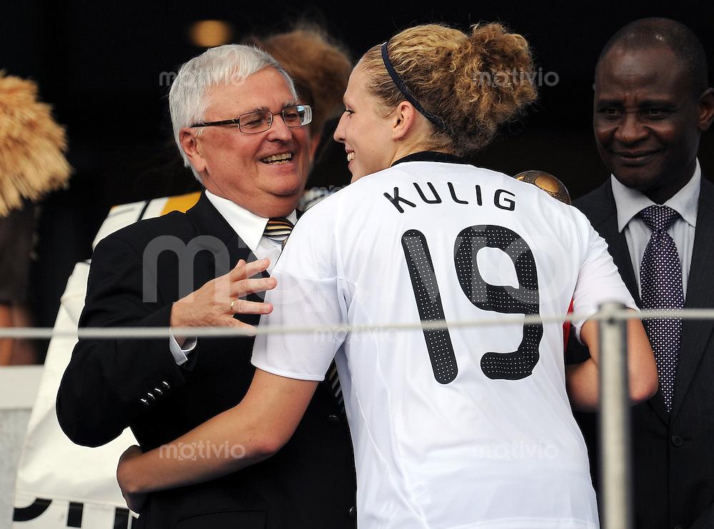 FUSSBALL  FRAUEN FIFA U 20  WELTMEISTERSCHAFT 2010  FINALE Deutschland - Nigeria               01.08.2010 DFB Praesident Theo ZWANZIGER (li) herzt Kim KULIG (re, beide Deutschland)