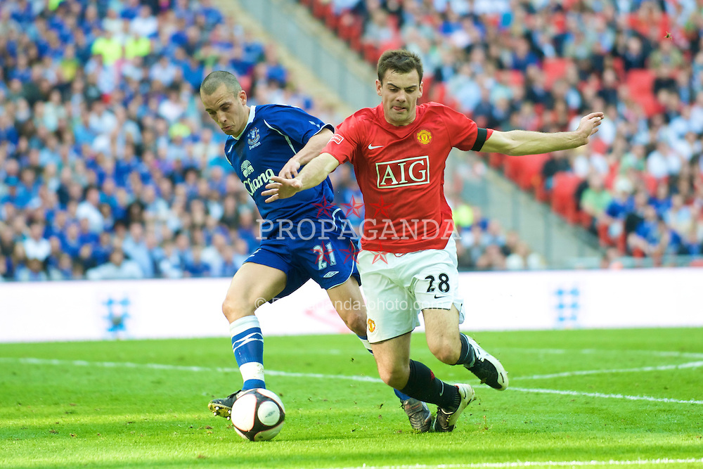 LONDON, ENGLAND - Sunday, April 19, 2009: Manchester United's Darron Gibson and Everton's Leon Osman during the FA Cup Semi-Final match at Wembley. (Photo by David Rawcliffe/Propaganda)