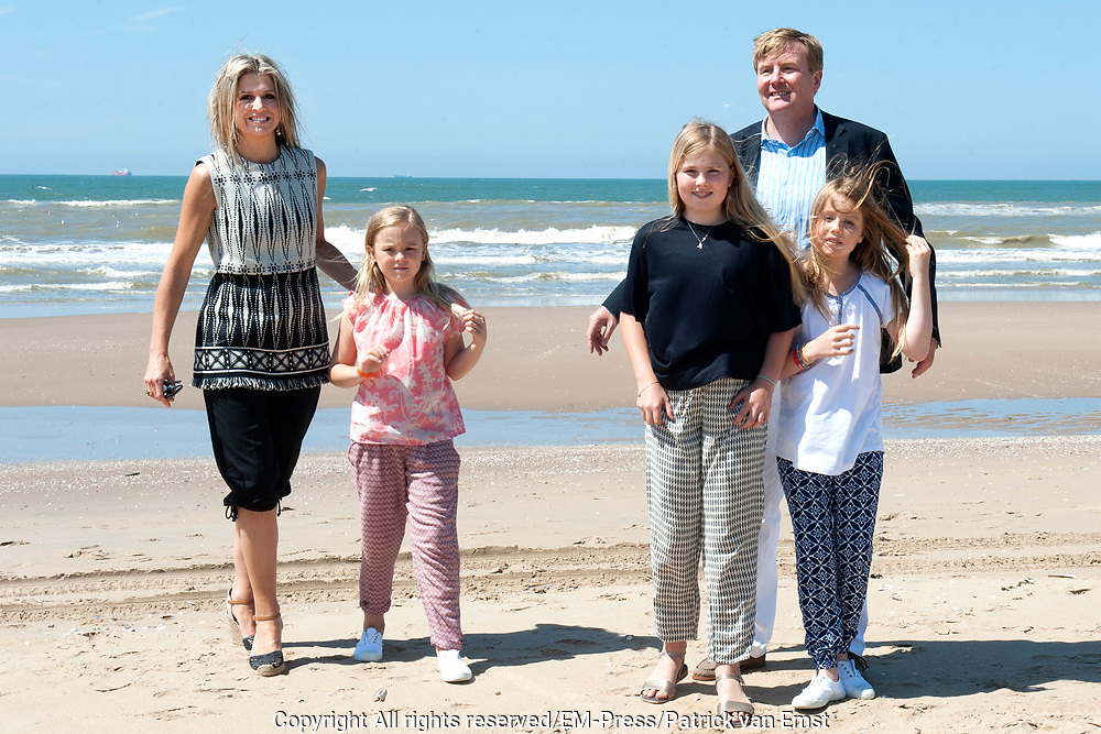 Koning Willem-Alexander en koningin Maxima poseren samen met de prinsesjes Ariane, Amalia en Alexia tijdens de jaarlijkse fotosessie op het strand bij het natuurgebied Meijendel in Wassenaar. <br /> <br /> King Willem-Alexander and Queen Maxima posing together with the princesses Ariane, Amalia and Alexia at the annual photo session on the beach at the nature Meijendel in Wassenaar.<br /> <br /> Op de foto / On the photo:  Koning Willem-Alexander en koningin Maxima  met de prinses Ariane, prinses  Amalia en prinses  Alexia <br /> <br /> <br /> King Willem-Alexander and Queen Maxima with the Princess Ariane, Princess Amalia and Princess Alexia