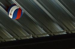 02-02-2013 VOLLEYBAL: KOOTFIN TAURUS - TAUW GEMINI-S: HOUTEN<br /> Topdivisie mannen / Koploper Taurus wint vij eenvoudig van Gemini-S / Gala bal vast aan het plafond item volleybal<br /> ©2013-FotoHoogendoorn.nl