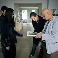 BEIJING, OCT. 22: BEIJING, OCT. 22: Uli Sigg (R) mit Spiegel Korrespondentin Ulrike Knoepfel und der Kuenstlerin Peng Wei (L).