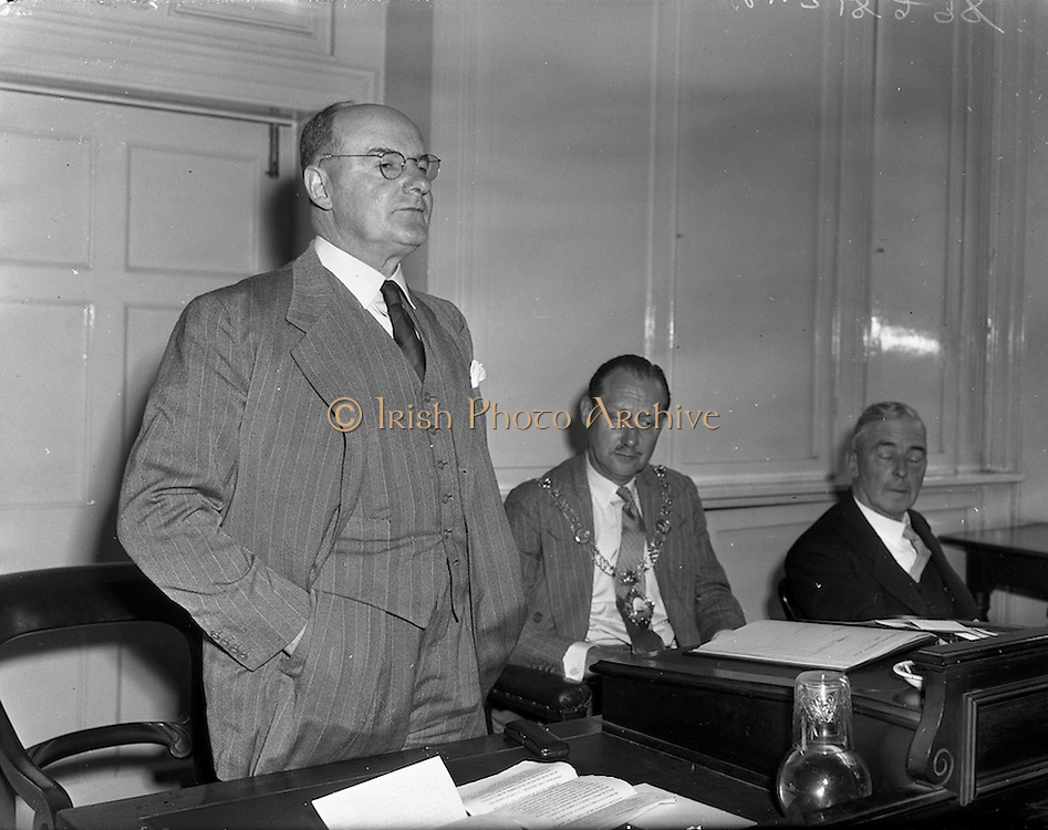 """28/05/1959<br /> 05/28/1959<br /> 28 May 1959<br /> Dr. R.R. Lawton, Managing Director, Irish Refinery Co. Ltd., Whitegate, Cork, addresses the May General meeting of the Dublin Chamber of Commerce at the Commercial Buildings, Dame Street, Dublin. Dr. Lawton's subject was """"An Adventure in Oil"""". Picture shows (l-r): Dr. R.R. Lawton; Lt. Col. J.E. Armstrong, President and Mr. Vincent Crowley, Vice President Dublin Chamber of Commerce."""