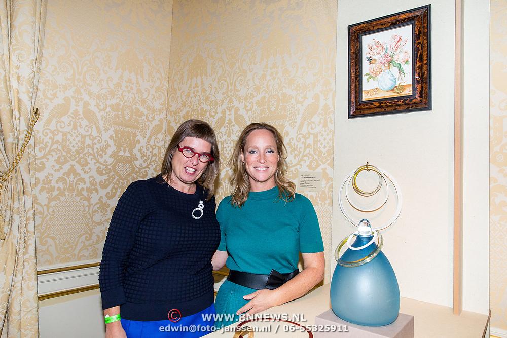 NLD/Den Haag/20180923 - Prinses Margarita exposeert bij Masterly The Hague, Prinses Margarita de Bourbon de Parme met haar juwelen lijn Porcelaine ringen en Judith Bloedjes