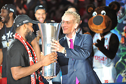 21.06.2015, Brose Arena, Bamberg, GER, Beko Basketball BL, Brose Baskets Bamberg vs FC Bayern Muenchen, Playoffs, Finale, 5. Spiel, im Bild Der Geschaeftsfuehrer der BBL, Jan Pommer (rechts) uebergibt den Meister-Pokal an Bradley Wanamaker (Brose Baskets Bamberg / links) // during the Beko Basketball Bundes league Playoffs, final round, 5th match between Brose Baskets Bamberg and FC Bayern Muenchen at the Brose Arena in Bamberg, Germany on 2015/06/21. EXPA Pictures &copy; 2015, PhotoCredit: EXPA/ Eibner-Pressefoto/ Merz<br /> <br /> *****ATTENTION - OUT of GER*****