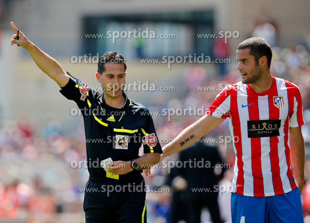 01.04.2012, Vicente Calderon Stadion, Madrid, ESP, Primera Division, Atletico Madrid vs FC Getafe, 31. Spieltag, im Bild Atletico de Madrid's Mario Suarez have words with the referee Jose Luis Paradas Romero // during the football match of spanish 'primera divison' league, 31th round, between Atletico Madrid and FC Getafe at Vicente Calderon stadium, Madrid, Spain on 2012/04/01. EXPA Pictures © 2012, PhotoCredit: EXPA/ Alterphotos/ Acero..***** ATTENTION - OUT OF ESP and SUI *****