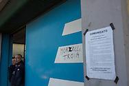 Terni, 20/11/2014: Il giorno dell'assemblea indetta per aggiornare gli operai della AST sulla trattativa in corso tra sindacati, azienda e governo per trovare un accordo dopo un mese di sciopero di tutti i lavoratori. Picchetto dei lavoratori ai cancelli Serra. - On the day of the assembly convened to update the workers of AST on ongoing negotiations between unions, business and government to reach an agreement after a month of strike. Picket line.