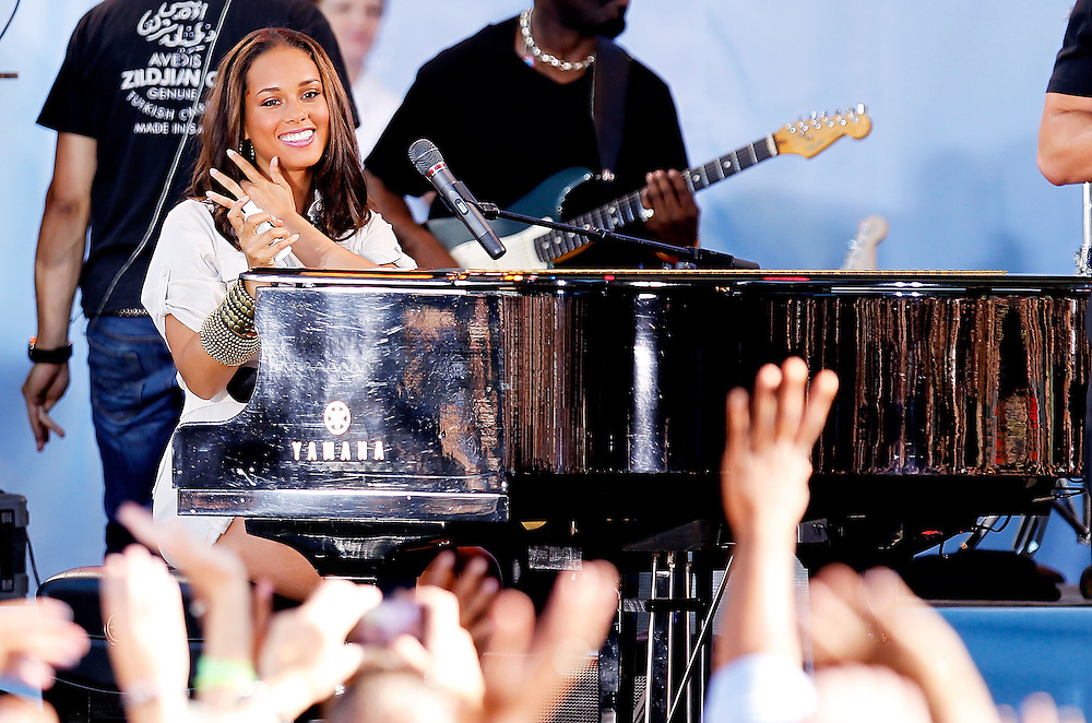 """NEW YORK - JUNE 25:  Singer Alicia Keys performs on ABC's """"Good Morning America"""" at Rumsey Playfield, Central Park on June 25, 2010 in New York City.  (Photo by Joe Kohen/WireImage)"""