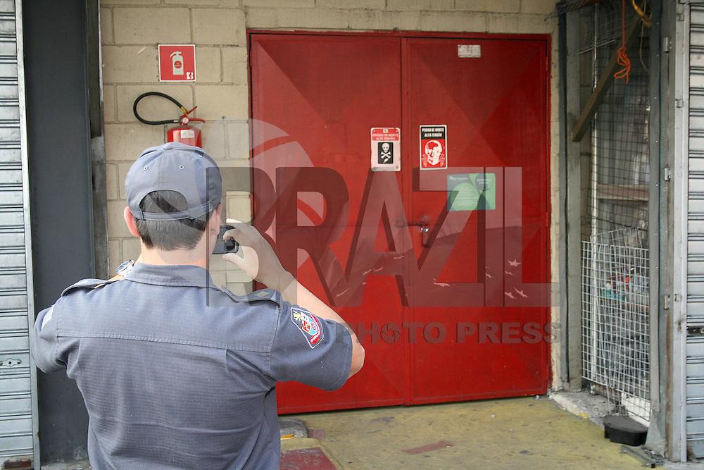 SAO PAULO, SP,  11 DE MAIO DE 2013 - FEIRA DA MADRUGADA - Homens do Corpo de Bombeiros durante inspeção na área onde acontece atualmente a Feira da Madruga, que passará por reformas nos próximos dias. No bairro do Brás região central da capital paulista, neste sábado 11.  FOTO: MAURICIO CAMARGO / BRAZIL PHOTO PRESS.