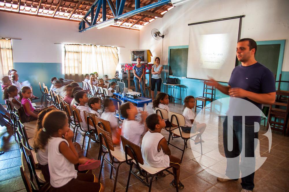Ação de sensibilização ambiental realizada pela equipe do Instituto Últimos Refúgios na escola de Itaúnas, norte do Espírito Santo.