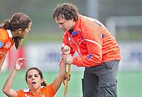 Bloemendaal-Groningen dames. Bloemendaal coach Jan Jorn van 't Land help de zusjes Sofia en Maria Verga op de been. COPYRIGHT  KOEN SUYK