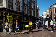 Fietsers en voetgangers bij het Wed in Utrecht, een populaire plaats in het centrum.<br /> <br /> Cyclists and pedestrians in the city center of Utrecht.