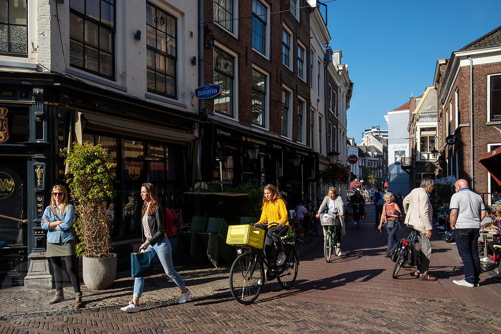 Fietsers en voetgangers bij het Wed in Utrecht, een populaire plaats in het centrum.<br /> <br /> Cyclists and pedestrians in the city center of Utrecht.
