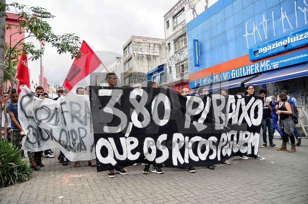 GUARULHOS, SP, 06.01.2017 - PROTESTO-SP - Manifestantes do movimento Passe Livre realizam protesto contra o aumento da tarifa do transporte pulico em Guarulhos, Grande São Paulo na tarde desta sexta(06). (Foto: Renato Gizzi/Brazil Photo Press)
