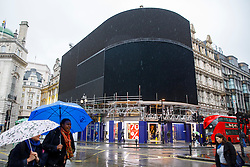 © Licensed to London News Pictures. 16/01/2017. London, UK. The iconic electronic billboards of Piccadilly Circus have been switched off for renovations for the longest period of time since the Blitz, as part of a plan to remove the six illuminated advertising boards which overlook the tourist hotspot and replace them with one ultra-high definition curved screen, which will be unveiled in the autumn. Photo credit: Tolga Akmen/LNP