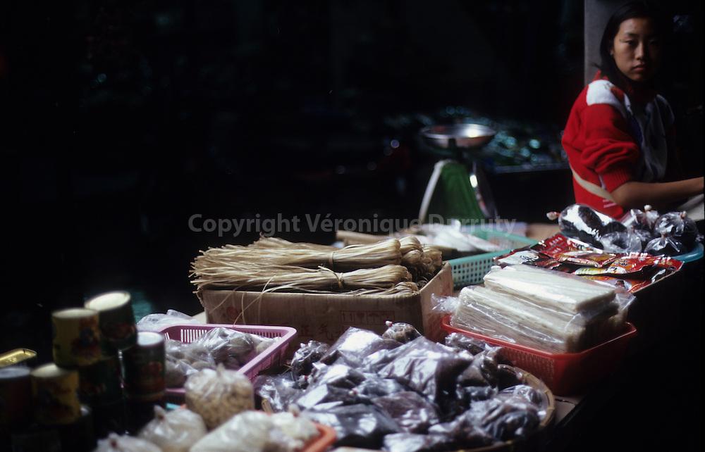 Thai perfumes : Thai Food . Noddles, pepper, spices in a food stall of Mae Sai market, Northern Thailand // adolescente vendeuse de nourriture au marché de Mae Sai, en Thailande du Nord