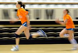 10-05-2011 VOLLEYBAL: TRAINING ORANJE VOLLEYBALVROUWEN: ALMERE<br /> De volleybalsters bereiden zich in Almere voor op nieuwe seizoen / (L-R) Lonneke Sloetjes, Ester de Vries<br /> ©2011-FotoHoogendoorn.nl