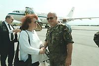 30 APR 2001, SKOPJE/MAZEDONIEN:<br /> Brigitte Schulte (L), SPD, Parl. Staatssekretaerin im Bundesverteidigungsministerium, verabschiedet sich von  Brigadegeneral Wolf-Dieter Langheld (R), Kommandeur des deutschen Heereskontingents KFOR, nach einem Besuch beim deutschen KFOR-Kontingent im Kosovo und Mazedonien, Flughafen Skopje<br /> IMAGE: 20010430-01/06-16<br /> KEYWORDS: KFOR, Gespräch, Soldat, Soldier, Bundeswehr, Flugzeug, Plane