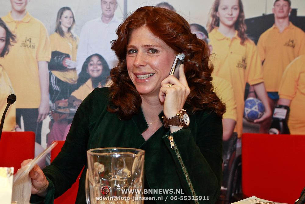 NLD/Amsterdam/20110314 - Presentatie nieuwe Helden en 14 jarig bestaan Johan Cruijff Foundation, Barbara Barend aan de telefoon