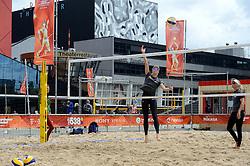 20150618 NED: WK Beach volleybal training op het Spui, Den Haag<br />  De Nederlandse beachers hebben vandaag hun tweede training gehad op de WK trainingsvelden. Op het Spuiplein werden de velden druk bezocht / Madelein Meppelink, Marleen van Iersel