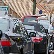 NLD/Amsterdam/20101211 - Linda de Mol en partner Jeroen Rietbergen doen kerstinkopen Laren en eten een oliebol