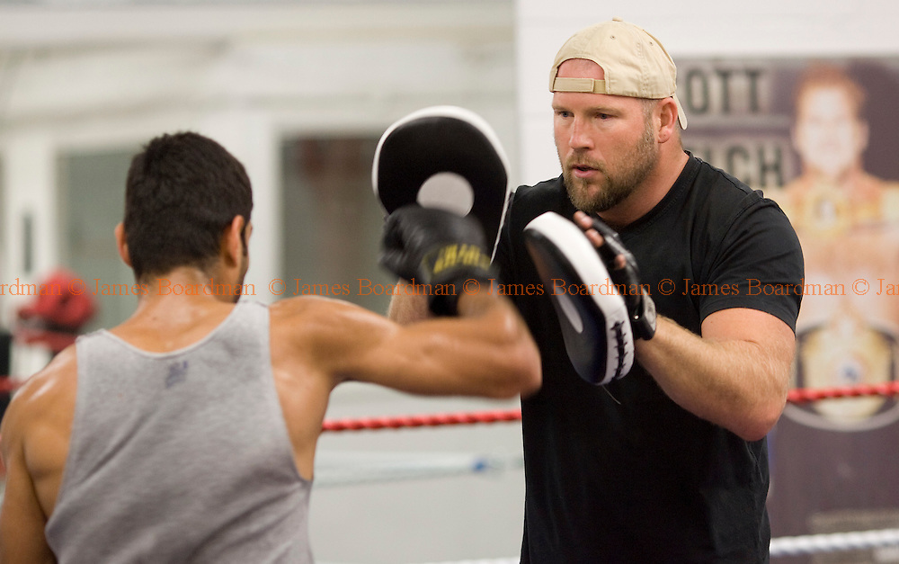 JAMES BOARDMAN / 07967642437.Former Heavyweight with boxer Scott Welch spars with Hussein Wahid 19.