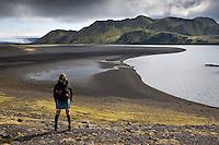 Magga virðir fyrir sér útsýnið yfir Fögrufjöll.