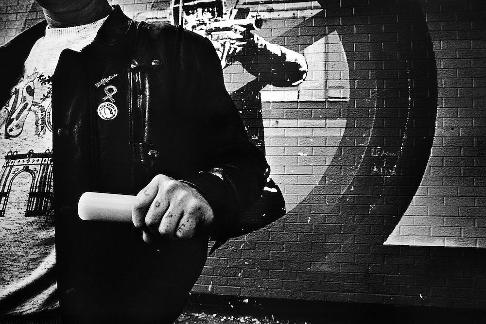 Un militant de l'IRA exhibe une plastic-bullet tirée par l'armée anglaise, Ardoyne, Nord-Belfast.