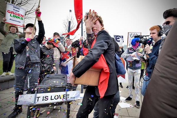 Nederland, Nijmegen, 10-3-2018Een groep demonstranten tegen de zoenposter van een kledingmerk tegenover een groep die voor de gelijke rechten van homos zijn. Demonstratie en tegendemonstratie bij het station. De politie greep in toen een van de demonstranten tegen de posters fysiek werd belaagd door activisten van het andere kamp. Hem werd een doos met flyers uit de hand geslagen en een handvol confetti in het gezicht gedrukt.Foto: Flip Franssendgfoto editie nijmegen