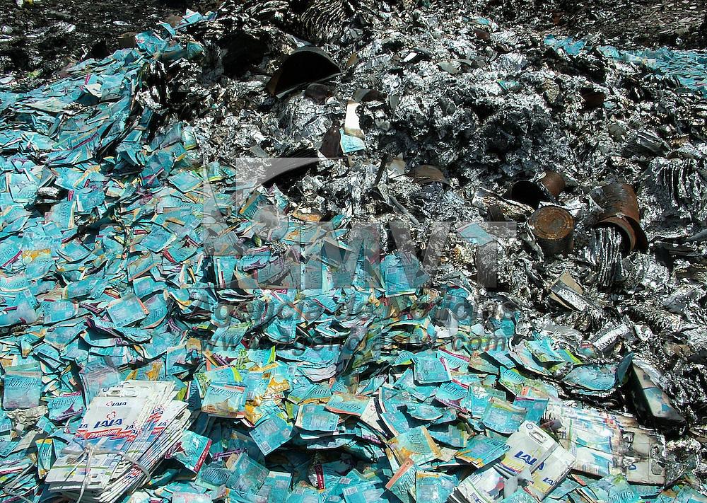 Temamatla, M&eacute;x.- Jos&eacute; C&aacute;rdenas de la Rosa, encargado del tiradero localizado en el paraje de El Potrero, muestra los sobres para hacer agua de sabor de la marca &quot;Kin Light&quot; caducados desde el a&ntilde;o 2003, que hace menos de un mes fueron traidos de la Villa de las Ni&ntilde;as, ubicada en el municipio de Chalco, Estado de M&eacute;xico y donde se investiga la posible epidemia de m&aacute;s de 600 alumnas con una probable autrofia muscular. Agencia MVT / Jose Israel Nu&ntilde;ez. (DIGITAL)<br /> <br /> <br /> <br /> <br /> <br /> <br /> <br /> NO ARCHIVAR - NO ARCHIVE