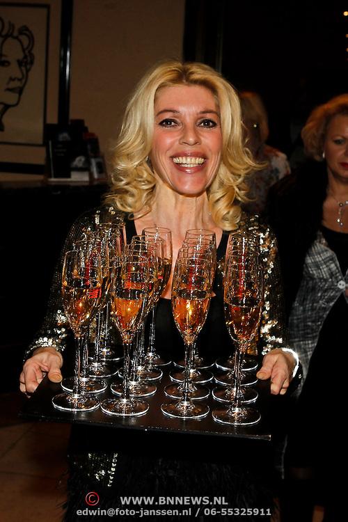 NLD/Amsterdam/20100306 - Modeshow Mart Visser Summer 2010, Judith Osborn gaat rond met de champagne