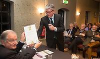 MAARSBERGEN - NGF directeur Jeroen Stevens overhandigt GC Anderstein voorzitter Gertjan van de Groep , het 50ste GEO certificaat. Gertjan van de Groep (r) met baancommissaris de heer Maarten van Rees (J.M.), COPYRIGHT KOEN SUYK