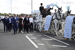 © Licensed to London News Pictures. 21/08/2018. Epsom, UK. The funeral cortege of traveller Mikey Connors heads to Epsom cemetery. 32 year-old Mikey Connors, the nephew of My Big Fat Gypsy Wedding star Paddy Doherty, was killed when his horse-and-cart was hit by a car in Thamesmead on July 28. Photo credit: Peter Macdiarmid/LNP