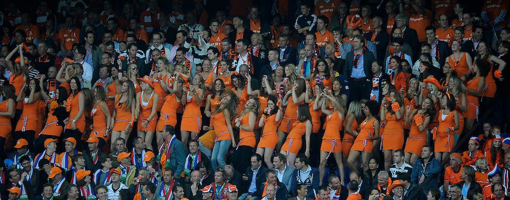 01-06-2010 VOETBAL: NEDERLAND - GHANA: ROTTERDAM<br /> Nederland wint vrij eenvoudig de oefenwedstrijd van Ghana / Oranje, publiek fans support, Bavaria girls<br /> &copy;2010-WWW.FOTOHOOGENDOORN.NL
