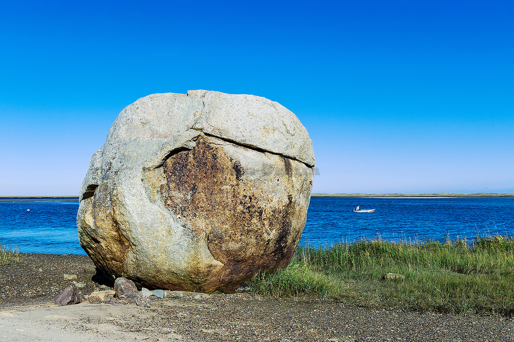 Boulder, Weeset Point, Nauset Harbor, Cape Cod, Massachusetts, USA.