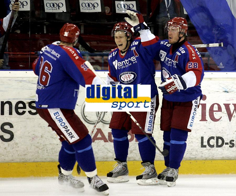 Ishockey<br /> GET-Ligaen<br /> 29.10.07<br /> Jordal Amfi<br /> V&aring;lerenga VIF - Lillehammer LIK<br /> Magne Karlstad (midten) jubler for sitt seiersm&aring;l med Kjell Richard Nyg&aring;rd og Lars Erik Lund<br /> Foto - Kasper Wikestad