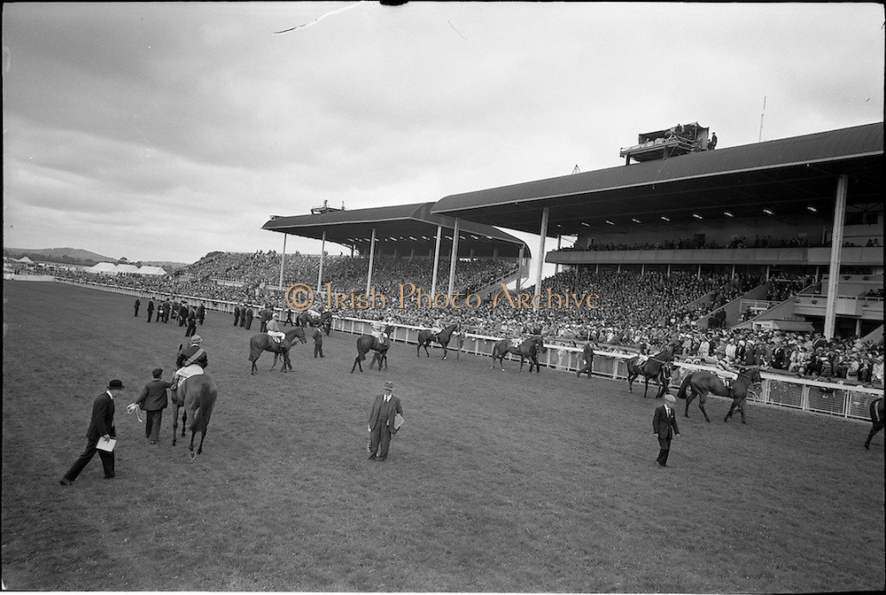 30/06/1962 <br /> 06/30/1962<br /> 30 June 1962<br /> Irish Sweeps Derby at the Curragh Racecourse, Co. Kildare. general view of the  parade in fromt of the reserved enclosure for the Derby. The horses were shown and mounted on the course.