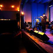 Prešovská formácia AMC Trio (Peter Adamkovič - klavír, Martin Marinčák - kontrabas a Stano Cvanciger - bicie nástroje, ktoré minulý rok odohralo na našom festivale nádherný koncert) ulovilo ďalšiu veľkú rybu na vzájomnú spoluprácu! Po Švédovi Ulf Wakeniusovi (gitara) a Talianovi Ruggero Robinovi (gitara) tenroraz oslovili trubkára! A nie hocijakého - ale rovno Randy Breckera! Brecker je celosvetovo uznávaný trubkár, ktorý vo svojej kariére spolupracoval takmer so všetkými špičkovými jazzovými hudobníkmi. (Momentálne v jeho kapele Brecker Brothers hrajú Mike Stern, Will Lee, Ada Rovatti, George Whitty a Dave Weckl)